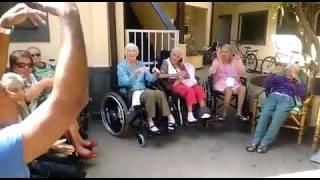Atividade com Idosos - Danças Circulares em Cadeiras - Terceira Idade  - Prof. Helê Santos