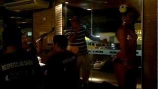 Adilson Bispo com as dançarinas do grupo Sem Hora Liberdade em Maceió-Alagoas.
