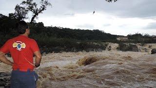 Bombeiros Blumenau e o helicóptero resgataram 3 jovens ilhados nas correntezas do Rio Itajaí-Açu.