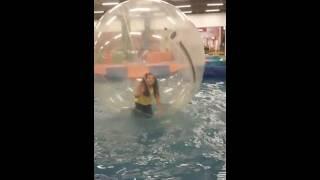 Ana  clara  na  bola  gigante