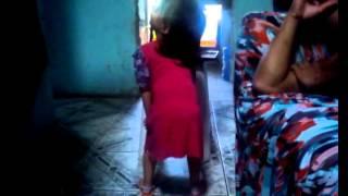 Novinha de 2 anos aprendendo a dancar