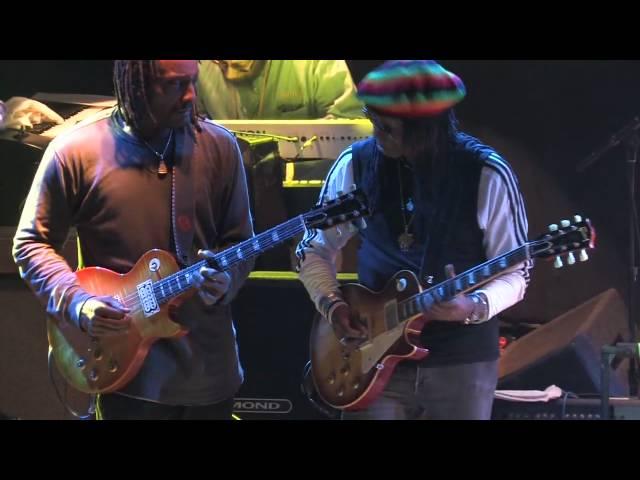 Video de Al Anderson y Junior Marvin tocando juntos.