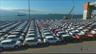 Carros estão sendo descarregados do navio roll on roll off no Porto de Paranaguá.