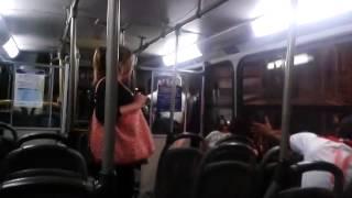 Policial espanca mulher com criança no colo que não pagou passagem em ônibus