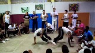 MESTRE OURO VERDE TOCANDO BERIMBAU EM CAMACAN (05/2010)