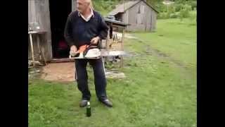 Abrindo garrafa de cerveja com motosserra