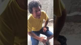 Homem bêbado cantando