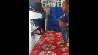 Sophia dançando funk do mc Sapão
