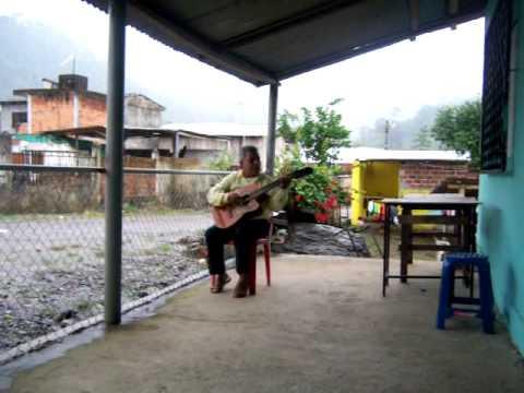 Walter Ecuador singing.MOV