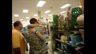 Militar sorprende a su madre.
