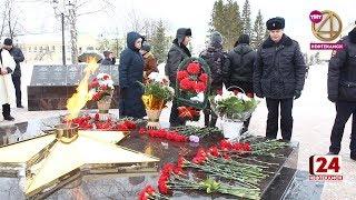 Цветы у Вечного огня в честь Дня защитника Отечества