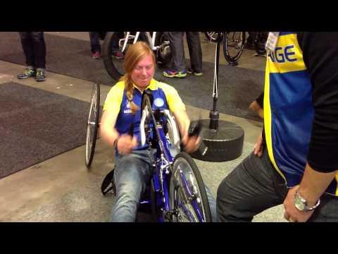 Alexandra Engen, världsmästarinna kör handcykel på Sweden Bike Expo 2013