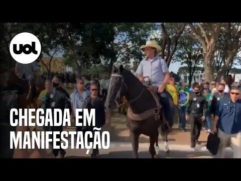 Jair Bolsonaro chega a cavalo em manifestação em Brasília