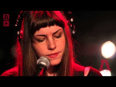 emma-ruth-rundle-arms-i-know-so-well-audiotree-live-audiotreetv