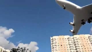 Avião passando perto do chão