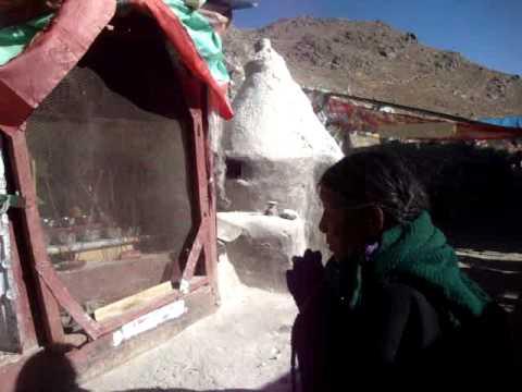 07 Prof. Juan Lázara filma oraciones en cumbres de Tibet.MPG