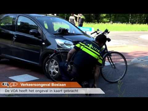 Auto en fietsster botsen op de Boslaan in Emmen