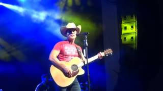 """Dustin Lynch sings """"Cowboys and Angels"""" live at PNC Music Pavilion"""