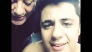 Cristiano Araújo canta um trecho de uma música com
