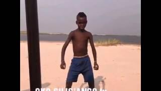 Fally Ipupa - Eloko Oyo ( ce petit garçon danse devant Fally )