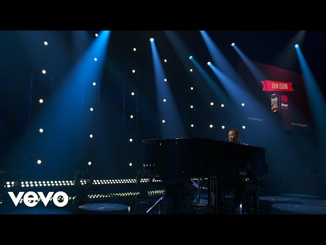 "Vídeo de John Legend en concierto interpretando su canción ""Ordinary People""."