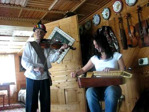 Ukrainian folk artist Roman Kumlyk  plays together with tourist