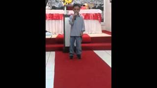 Guilherme cantando Arde outra vez