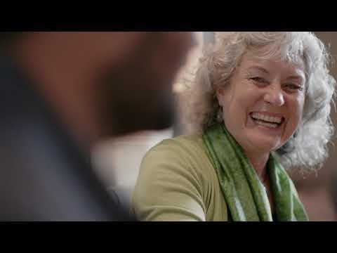 Sue hört viel klarer mit ihrem Upgrade auf einen neuen Cochlear™ Soundprozessor.
