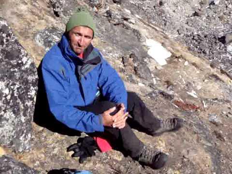 Rennfahrer Bieberle's Gatte sitzt oberhalb Lobuche im Biwak und klagt sein Leid