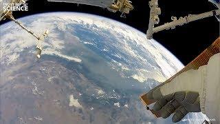 Un astronaute filme sa balade à l'extérieur de l'ISS