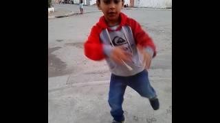 Menino Paulo de 6 anos dançando