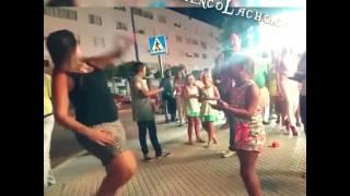 Gitana bailando bulerías en la calle