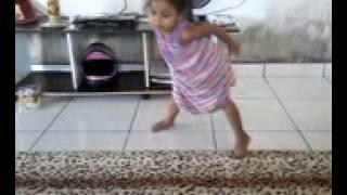criança de  3 anos ensinando a irmã de 10 a dançar funk