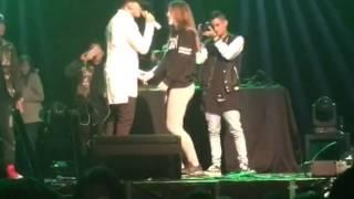 Fanática recibe regalo de Kevin Roldán en concierto España