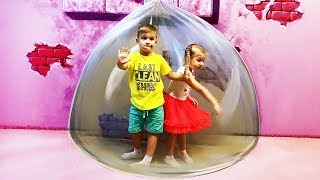 Roma and Diana plays at the 3D Art in Paradise MUSEUM, Fun for kids activities