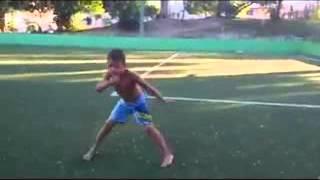 menino mostrando seus movimentos da capoeira