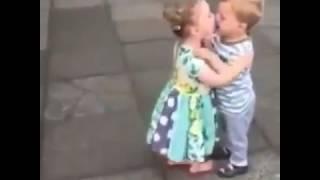 A menina eo menino si beijando e sori
