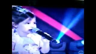 Menina cantando Águas de Março interpretada por Elis Regina.