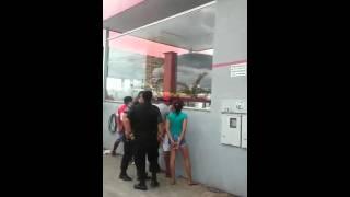 Mulher leva tapa após gritar com policial  na orelha