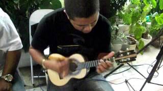 """Efson (""""Brilha pra mim""""), na roda de Samba do niver de Paulinho Rezende em 27 11 11"""