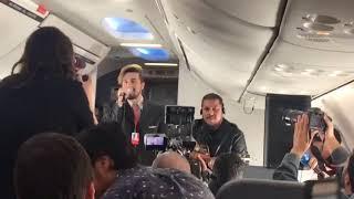 Luan Santana faz pocket show para fãs em avião