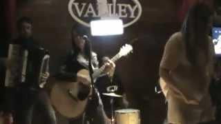 Elaine Cés & Cristiane   Copo de Vinho   Valley Pub