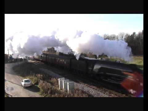 A4 60009 Union of South Africa hauls the Christmas `Lindum Fayre`