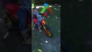 Bebe qui fait de la moto