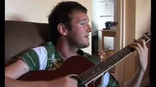 """JJ Ó Dochartaigh ag ceol leagan Gaeilge de """"Im yours"""" i nGaeltacht Thír Chonail"""