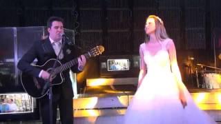 """Emocionante! Noivo tocando e cantando """"Toda Forma de Amor - Lulu Santos"""" para noiva."""