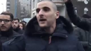 Sofiane calme la foule lors de la manifestation de Bobigny en soutien à Théo