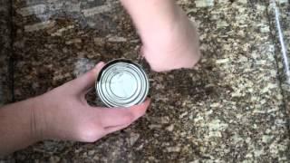 Pessoa canhota abrindo lata