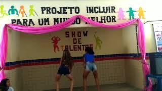 Meninas dançando no show de talentos na Escola Eneida Rabello