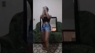 Nina dançando e treinando socos